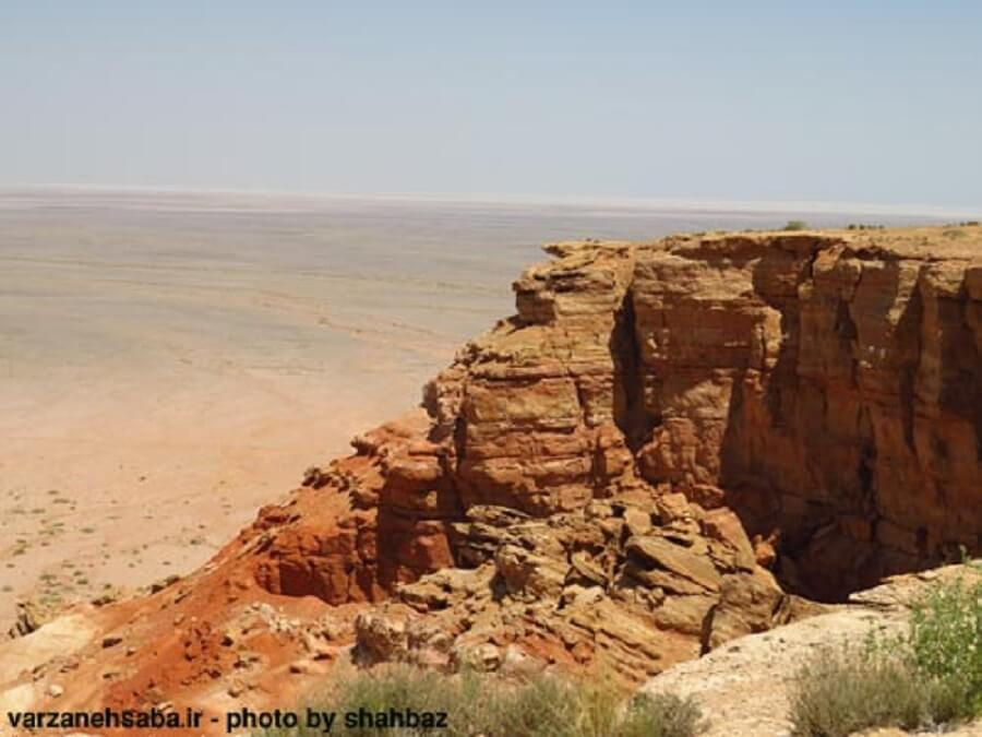 takht sorkh 1 - تخت سرخ از جزیرهای در دریای گاوخونی تا تختیدر دشت جن