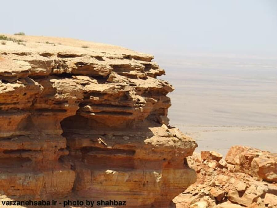 takht sorkh 3 - تخت سرخ از جزیرهای در دریای گاوخونی تا تختیدر دشت جن