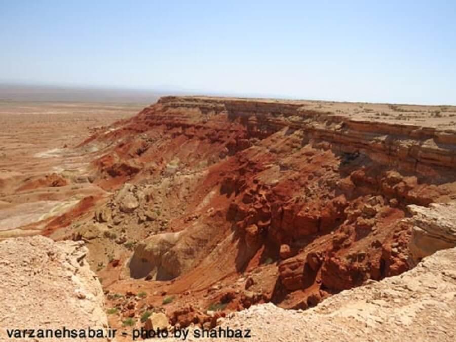 takht sorkh 4 - تخت سرخ از جزیرهای در دریای گاوخونی تا تختیدر دشت جن
