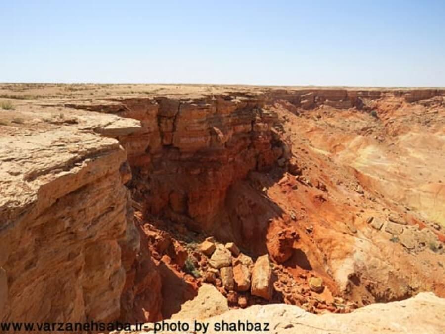 takht sorkh 5 - تخت سرخ از جزیرهای در دریای گاوخونی تا تختیدر دشت جن